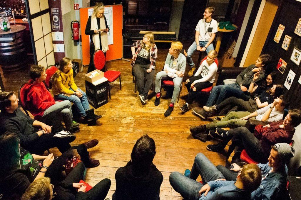 Kinder und Jugendliche sitzen im Kreis zusammen in einem Workshop im Rahmen der Kinder- und Jugendkonferenz 2019.