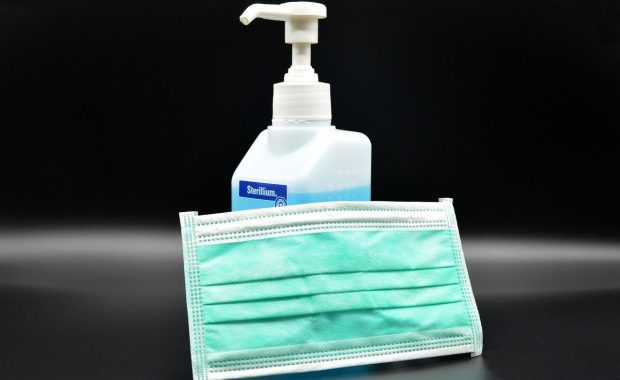 Motiv zeigt Mundschutz und Desinfektionsmittel