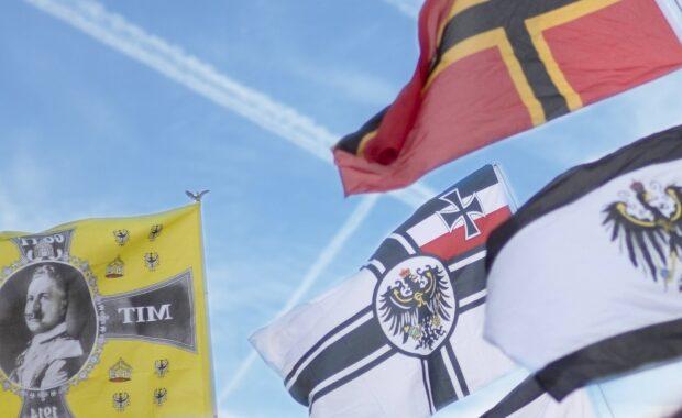 Motiv mit Flaggen zur Fachtagung: Die Reichsbürgerbewegung – eine zunehmende Gefahr für die Demokratie? am 27.11.2020 online