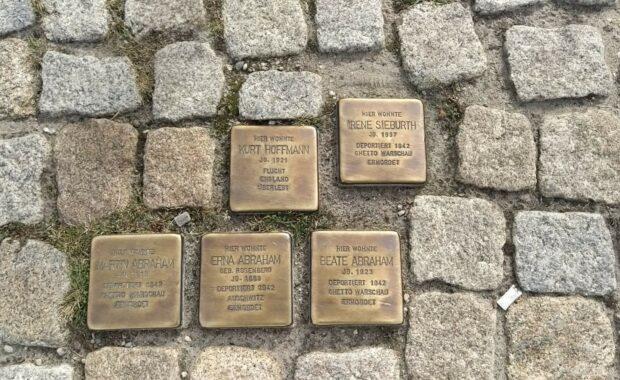 Bild zeigt Stolpersteine, die ein internationales Denkmal- und Kunstprojekt sind.