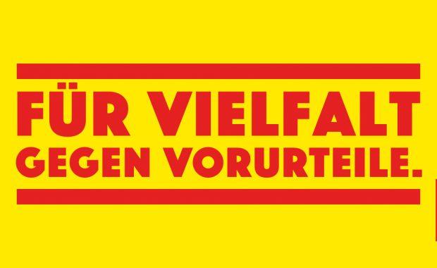 """Kampagnenmotiv """"Vorsicht, Vorurteile"""" des Bundesprogrammes """"Demokratie leben"""" zeigt folgenden Text: Für Vielfalt, gegen Vorurteile."""