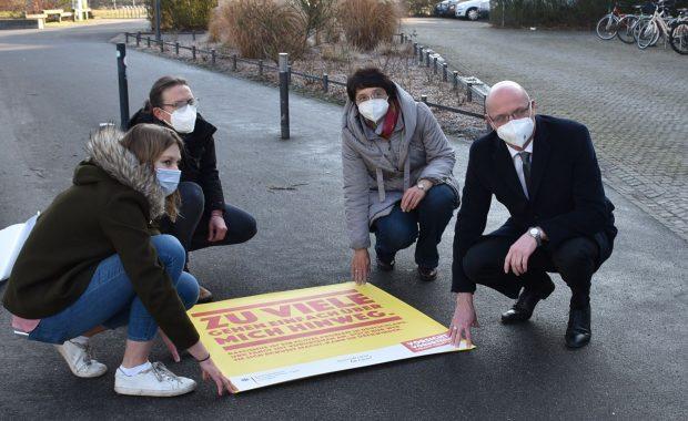 Das Bild zeigt Vertreter der Stadt Oranienburg und der Partnerschaft für Demokratie Oberhavel beim Anbringen der Bodenaufkleber in Oranienburg anlässlich des Aktionstag Vorsicht Vorurteile am 18.3.2021