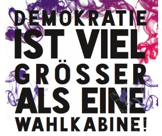"""Das Plakat mit dem Titel """"Demokratie ist viel grösser als eine Wahlkabine"""" ist Teil der Kampagne zur Förderung und Verteidigung der demokratischen Grundwerte"""