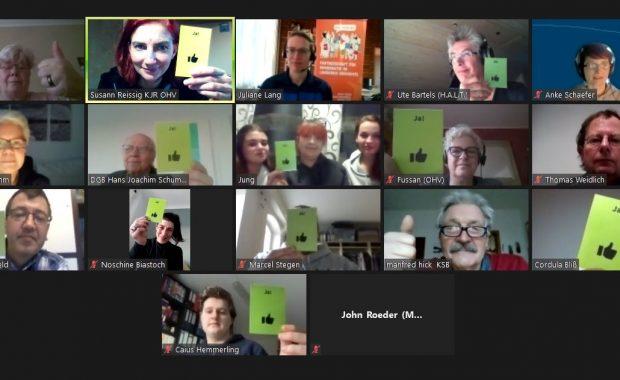 Das Bild zeigt Mitglieder des Begleitausschusses bei einer Abstimmung über Zoom.