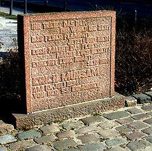 Das Bild zeigt ein Foto vom Gedenkstein von Erich Mühsam in Oranienburg, an der Stelle des ehemaligen KZ.