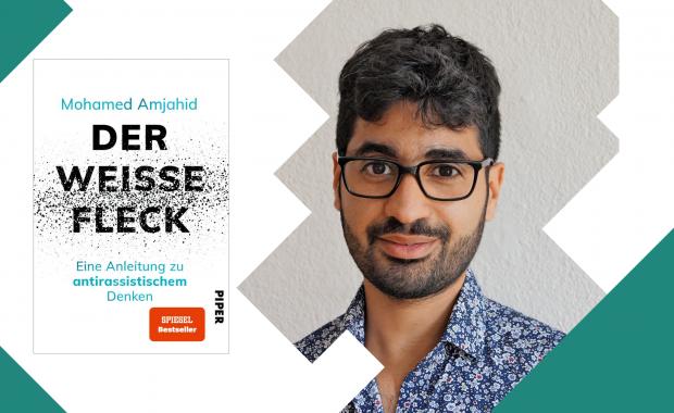"""Cover zeigt Autor Mohamed Amjahid und das Buchcover zu seinem Buch: """"DER WEISSE FLECK – Eine Anleitung zu antirassistischem Denken""""."""