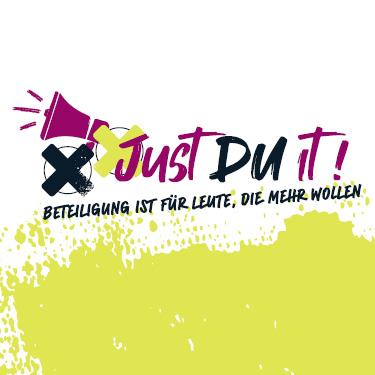 Das Motiv zeigt den Slogan zur zweiten Kinder- und Jugendkonferenz in Oberhavel 2021: Just Du it! Beteiligung ist für Leute, die mehr wollen.